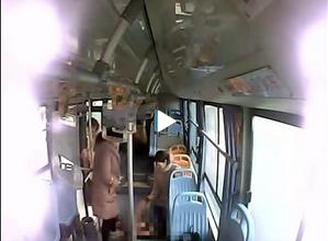 南京一孕妇公交车上突然临产 车厢秒变产房