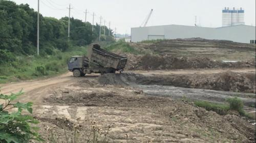 长江岸边万吨恶臭污泥不断增加 泰兴整改承诺成空文