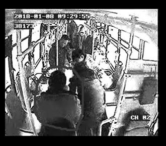 常州一老人晕倒并吐乘客一身 男子及时施救