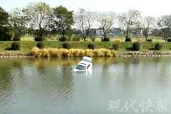 苏州一轿车行驶中冲进河里 多位市民跳水救人