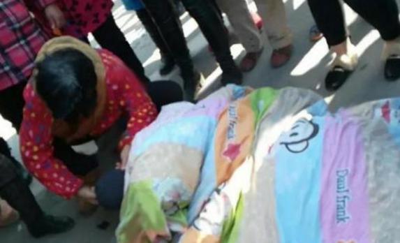 20多岁男子遭车祸身亡 好心人帮其盖上棉被