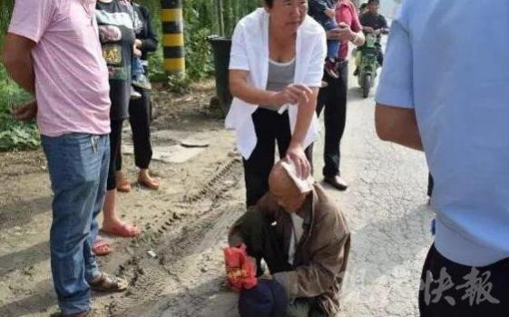 徐州一老人摔倒头部流血 路过女子毫不犹豫帮忙