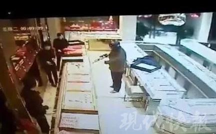 连云港一男子戴头盔持枪抢劫金店 获刑14年