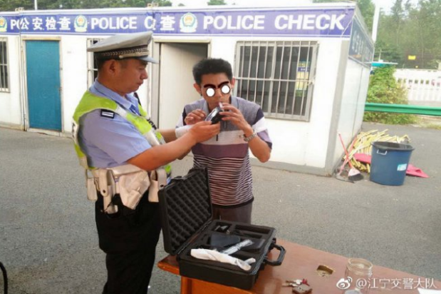 南京一酒驾司机见交警 主动下车咨询曝光