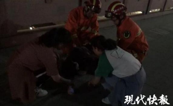 2名女大学生救下轻生小伙 不停拥抱他安慰