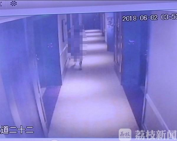 南京一男子凌晨赤裸站在酒店走廊 还做淫秽动作
