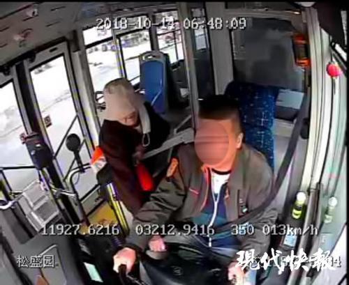 镇江一公交车行驶中 老太多次抢方向盘还打司机