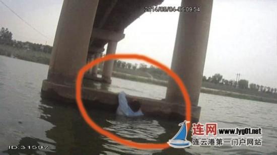 连云港男子遭妻抛弃 跳河自杀嫌水凉狂呼救命