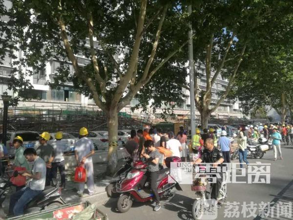 南京一施工现场脚手架突然坍塌 多人被砸受伤