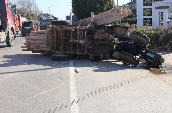 变道不慎 7旬老汉驾驶手扶拖拉机被货车撞翻