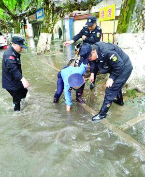 连夜暴雨道路积水 南京各区城管巡查徒手助排