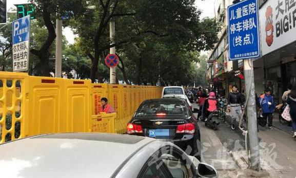 广州路施工后首个工作日 有司机走错路开进儿童医院