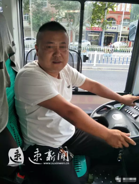 宿迁公交司机斑马线前礼让行人 大爷脱帽鞠躬