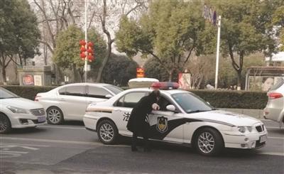 2岁女娃突发抽搐昏迷 法院警车闯红灯急救