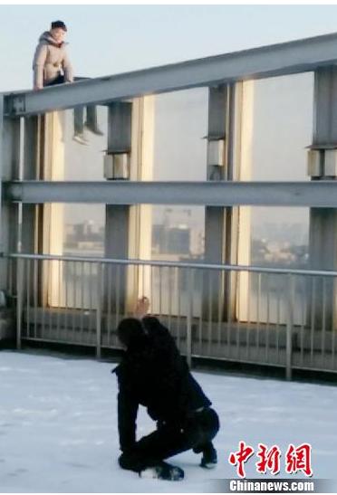 徐州一男子欲跳桥 谈判专家跪坐雪地2小时劝回
