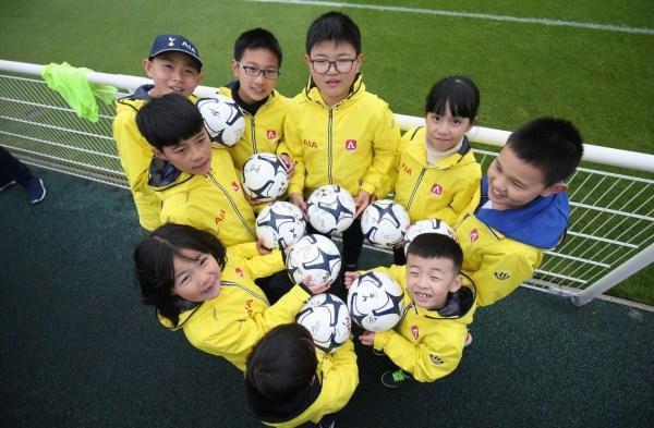 江苏球童将牵手热刺球员步入温布利大球场