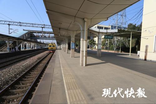 连云港4岁男童跌落火车站台 小伙扑过去2秒救人