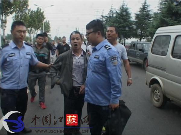 """南京江宁""""黑车""""逼停出租车 的哥下车理论被撞"""