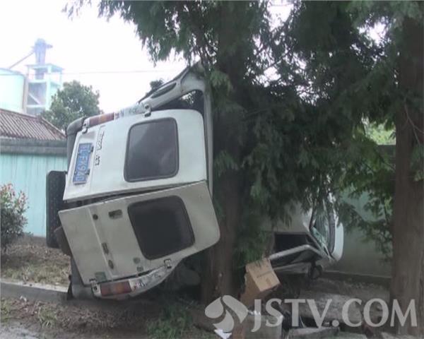 镇江一面包车刹车方向全失灵 失控撞上大树