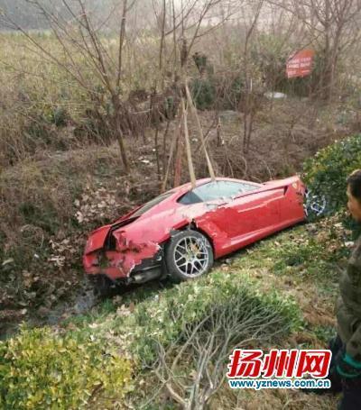 法拉利轿车翻进了路边的沟坎里.高清图片