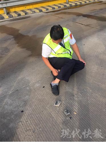 惊险!货车在收费站突然爆胎 收费员被碎片击中