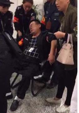 南京地铁一安检员突发重病倒地 众乘客伸援手