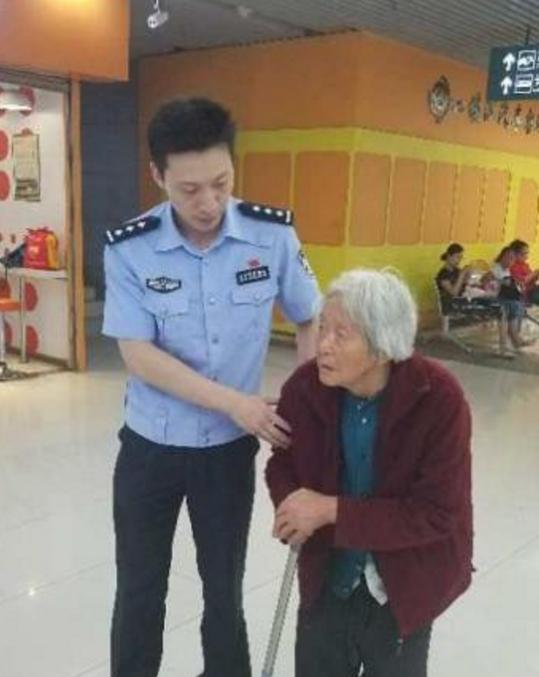 镇江一位热心警察时隔两年救助同一迷路老人