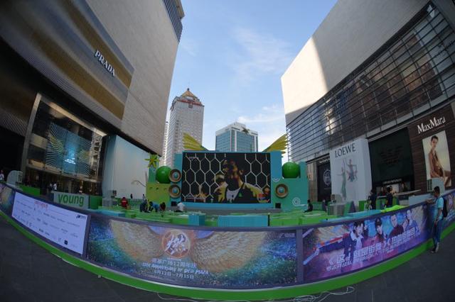 2018世界杯今日开幕 巨屏足球主题互动区亮相南京德基