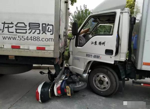 """""""熊孩子""""偷了钥匙发动货车 撞到一辆电瓶车"""