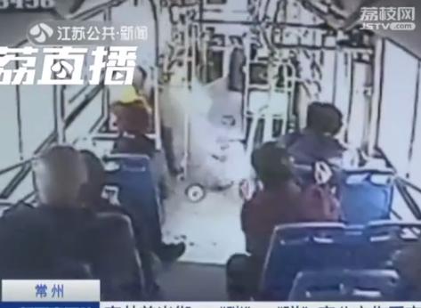 常州窨井盖突然飞起砸穿公交车 乘客被弹倒骨折