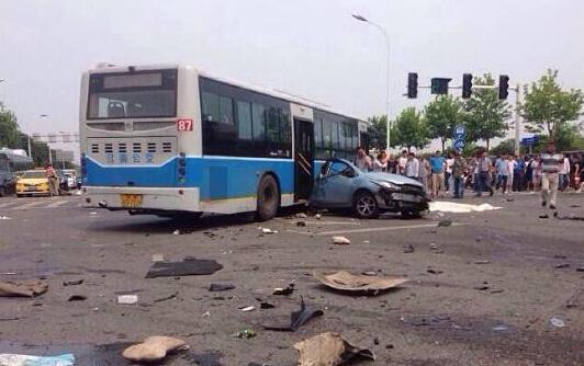 南京一路口多车相撞致2死 肇事宝马系原车主抵债