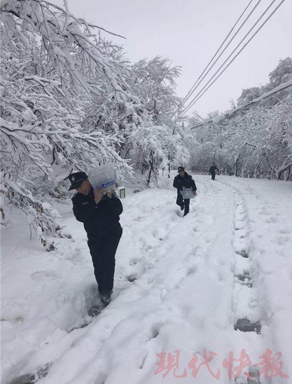 大雪封山:18名游客被困宝华山 民警上山送水送食物