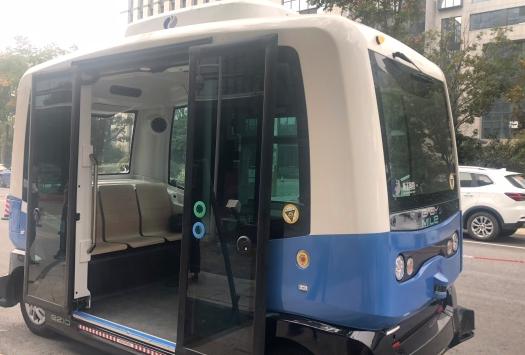 大陆首个无人驾驶公交车来了 在南京上路测试
