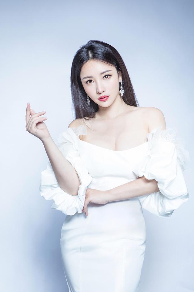 柳岩纯白抹胸裙写真身材玲珑有致 眼神笃定温柔有爱
