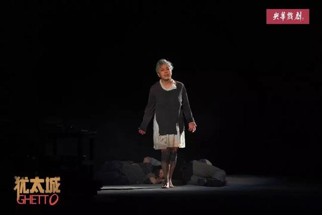 她是当之无愧的话剧女王 舞台上放大的闪光体……