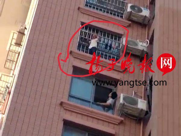 连云港上演20分钟惊险救援 3岁男童爬到9楼窗外