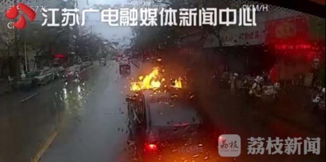 苏州一轿车行驶中瞬间爆燃 火焰窜出几米高