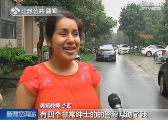 """镇江:美国女教师街头迷路 民警相助获赞""""绅士"""""""