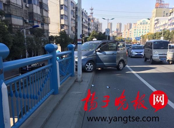 真悬!驾驶员打了一个喷嚏,轿车冲出护栏悬空在桥面上