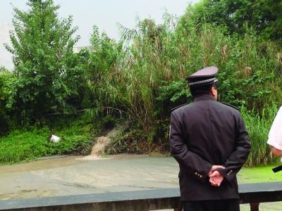 南京地铁施工泥浆填平景观河 执法人员责令整改