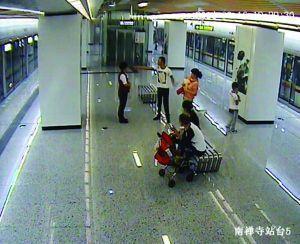 """无锡地铁站内""""把尿事件""""打人乘客已被抓获"""