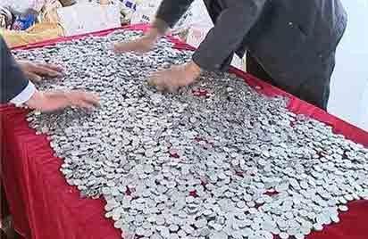 江阴一男子携43万枚硬币买车 重达1.33吨