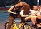 """""""男女骑车"""