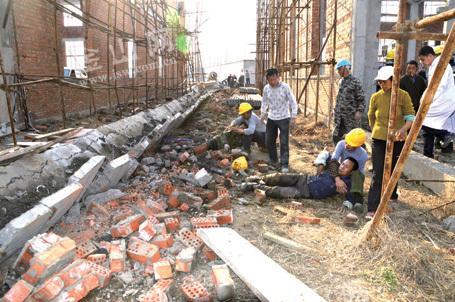 镇江后巷一工地横梁坍塌 3名工人被埋1人遇难
