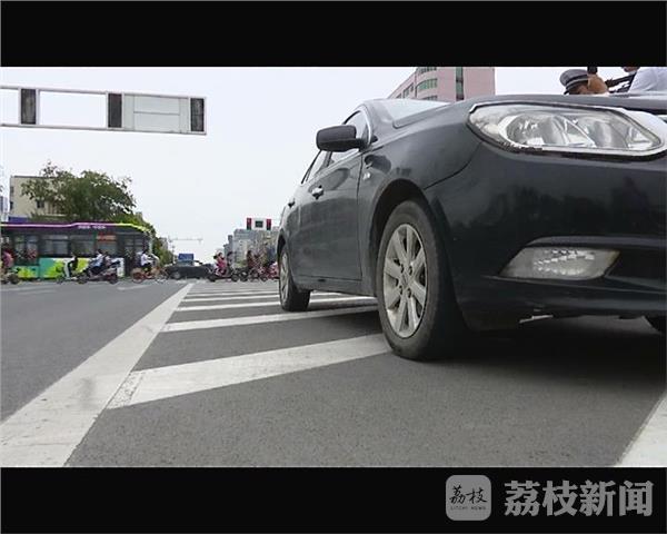 """扬州""""违章专业户""""被拦下 车主诉苦没钱交罚款"""