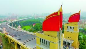 """南京长江大桥开始铺沥青 桥头堡红旗将""""飘""""起来"""
