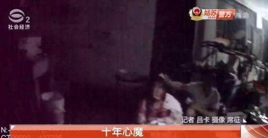 女子烫伤并被捅多刀倒在血泊中 凶手系丈夫