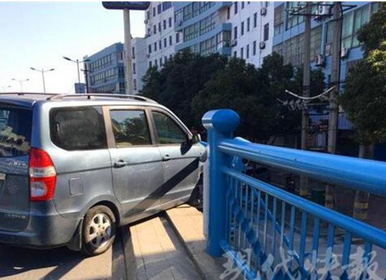 真悬!司机打喷嚏 轿车因此失控撞上桥面护栏