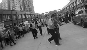 男子酒后刀架自己脖上 徐州民警夺刀救他一命