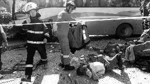 事故现场无锡消防官兵脱衣为伤员遮挡烈日